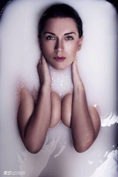 фотосессия в ванне с молоком фото что